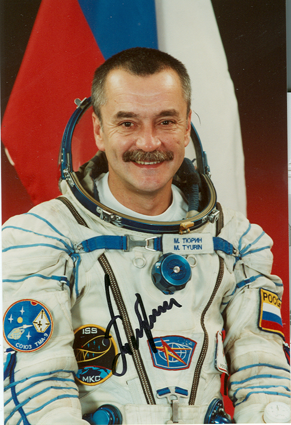# soy096 Soyuz TMA-9 crew signed photos 1