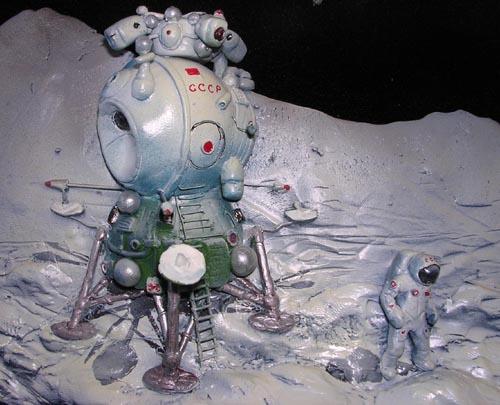 # spa701a            V.Ruban Lunar Lander and Cosmonaut 3-D sculpture-model artwork 2