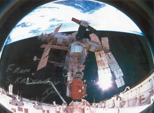 # iph700            STS-74-MIR photo signed-notared by S.Krikalev 1