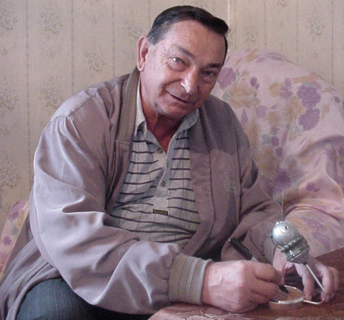 # sm008            Cosmonaut Bykovskiy autographed Vostok model 2