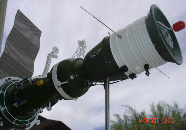# sm007a            Additional images Salyut-6/Soyuz model 3