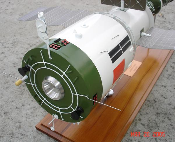 # sm007a            Additional images Salyut-6/Soyuz model 5