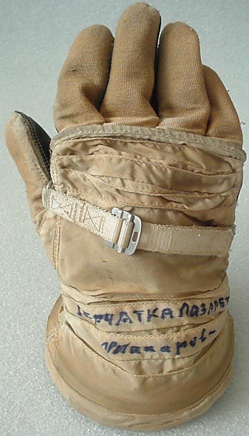 # h054           Soyuz-12 commander V.Lazarev Sokol glove 1