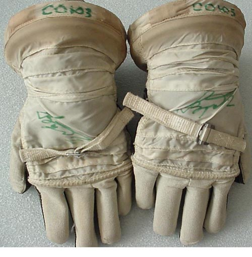 # h055           Soyuz-23 commander V.Zudov Sokol gloves 2