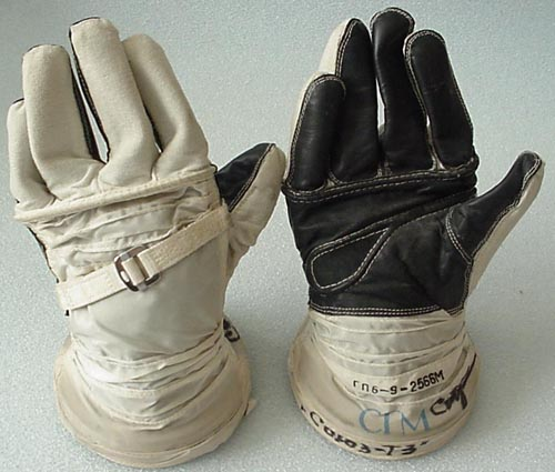 # h056           Soyuz T-3/Salyut-7 Sokol gloves of board engine 1