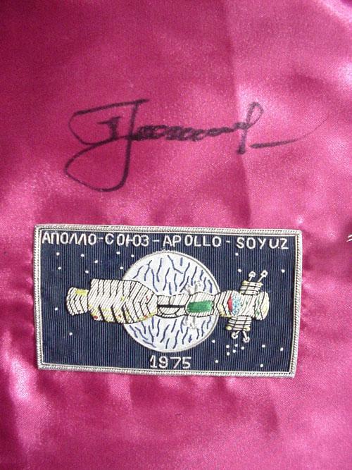 # astp136            Soyuz-19 (ASTP) commander A.Leonov signed pennants 2
