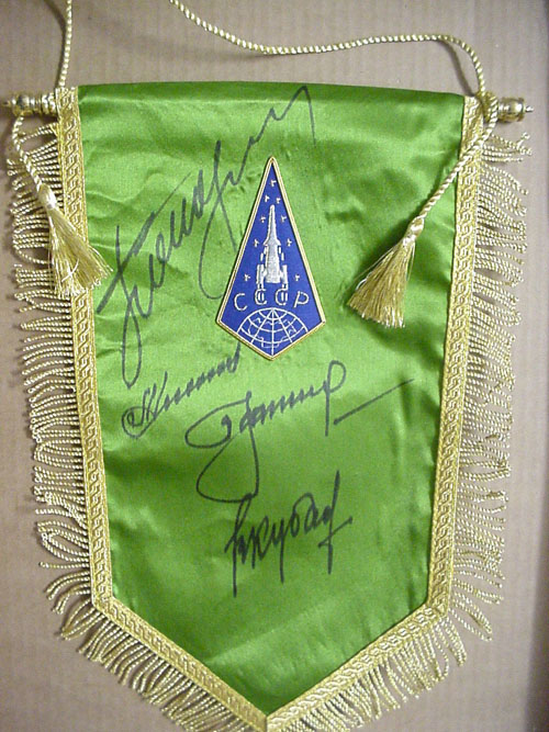 # pnt100            Vostok-3/4 and ASTP cosmonauts signed pennant 1