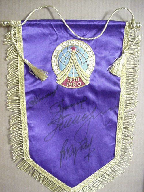 # pnt101            Team of Cosmonauts pennant signed by Nikolayev, Popovich, Leonov, Kubasov 1