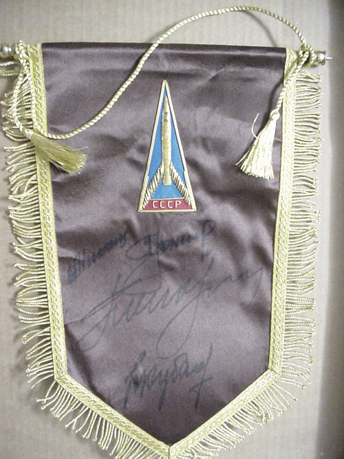 # pnt102            Pennant signed by Leonov-Kubasov and Nikolayev-Popovich 1