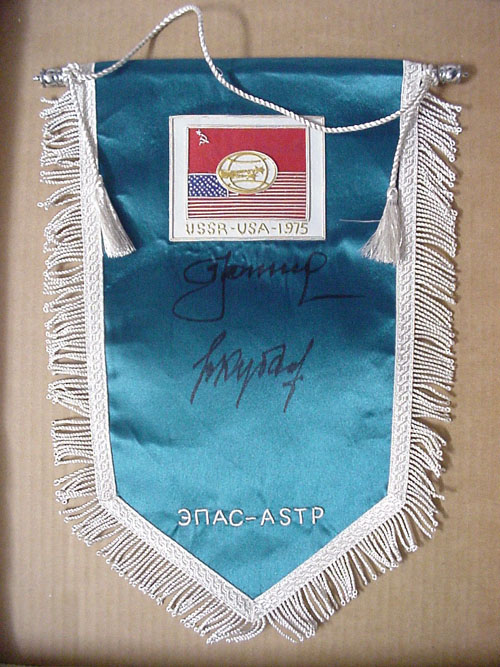 # pnt112            USSR-USA flight ASTP pennant signed by Soviet team Leonov-Kubasov 1