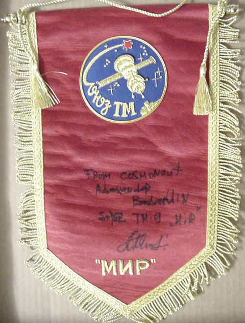 # pnt131            Soyuz TM pennant signed and notared by Soyuz TM-9/MIR cosmonaut Balandin 1