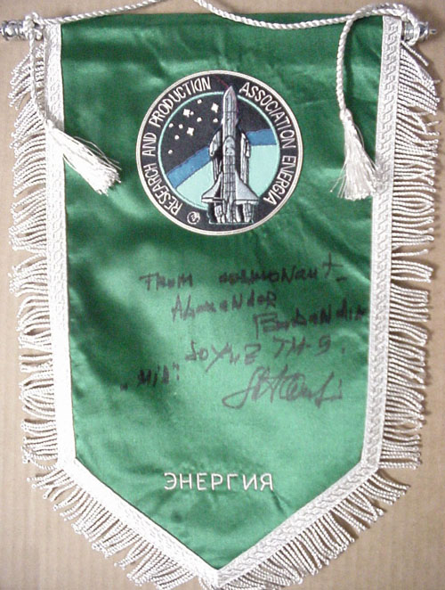 # pnt134            Energia-Buran pennant autographed and notared by Soyuz TM-9/MIR A.Balandin 1