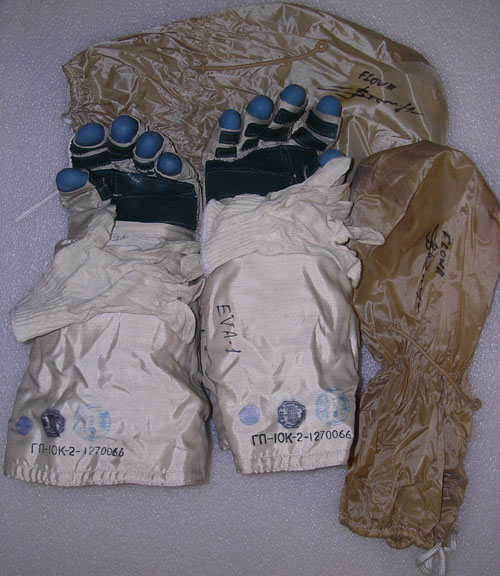 # h050a            EVA-1 ISS-3 Orlan-M gloves of Dezhurov 2