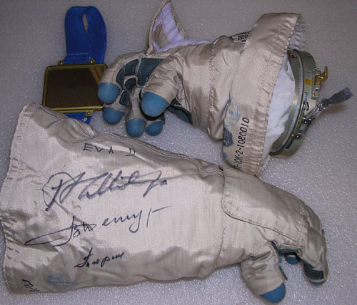 # h050b            EVA-2/ISS-3 Six hours worn in outer space glo 2
