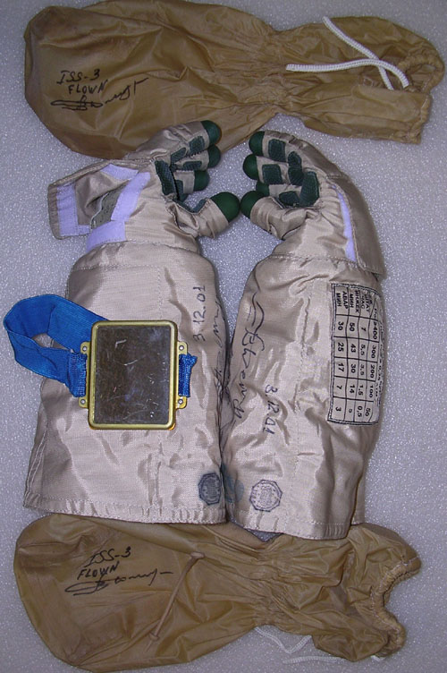 # h050c            EVA-4 gloves and mirror of ISS-3 cosmonaut Vl 1