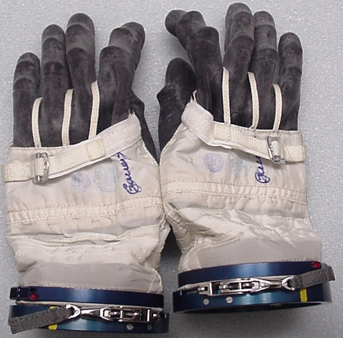 # h057            Soyuz TMA-1/Soyuz TM-34 ISS gloves of Sergei Z 2