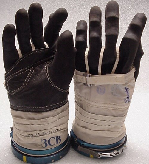 # h057            Soyuz TMA-1/Soyuz TM-34 ISS gloves of Sergei Z 3