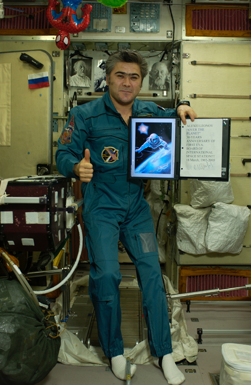 # spmt099a            A.Leonov artwork on board ISS 1