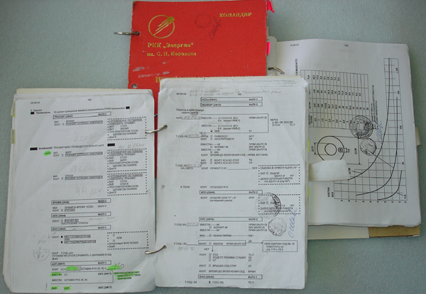 # shar300  Soyuz TMA-5 checklist books Board documentation 2